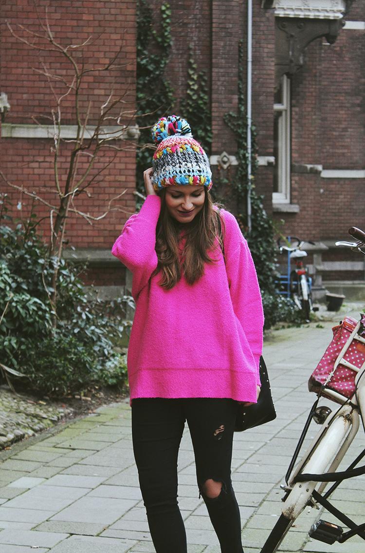 Viaje a Amsterdam outfit jersey rosa y gorro zara