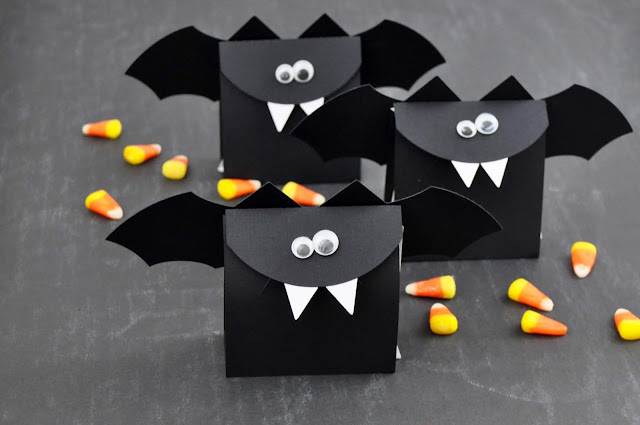 Halloween die cut bat treat bags using a Silhouette Halloween Bag Treat Bag cut file with Jen Gallacher for www.jengallacher.com. Halloween paper craft idea.