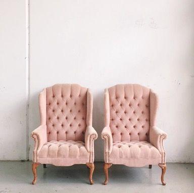 dos sillones capitoné tapizados en terciopelo de color rosa