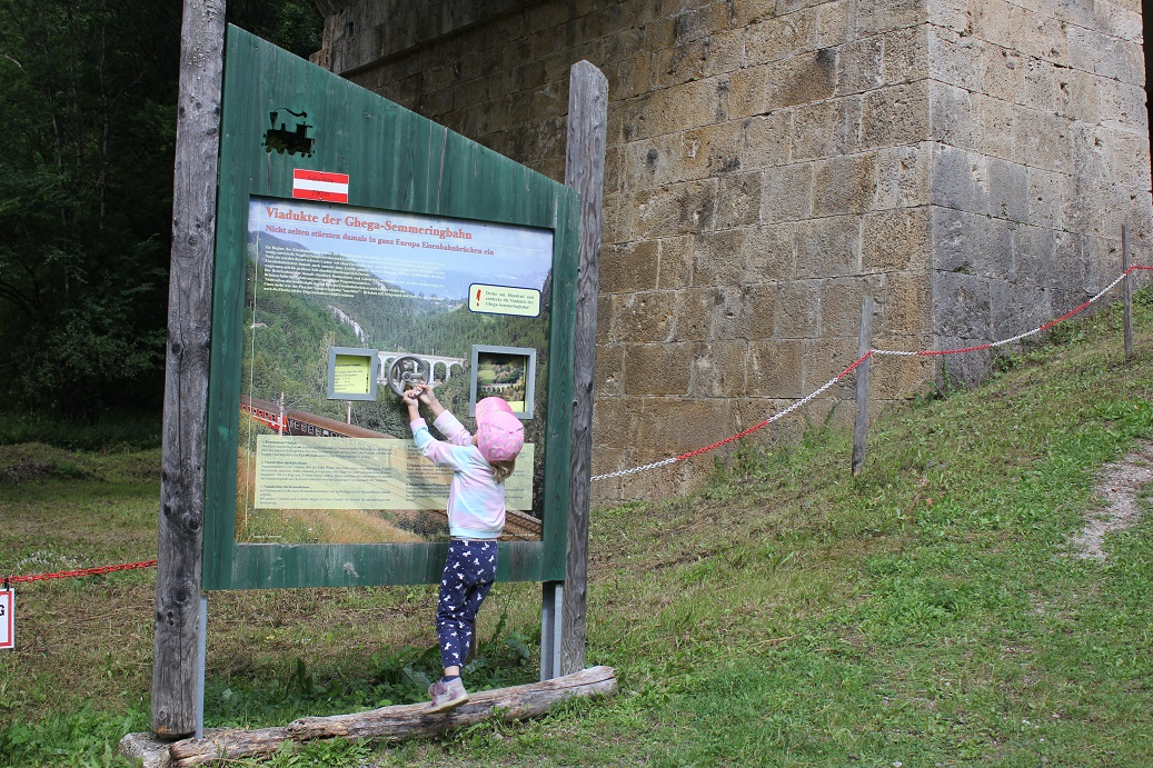 Interaktivní prvek nejen pro děti u viaduktu na rakouské železniční trati Semmering