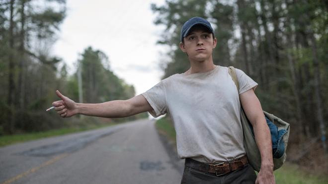 Tom Holland haciendo autostop