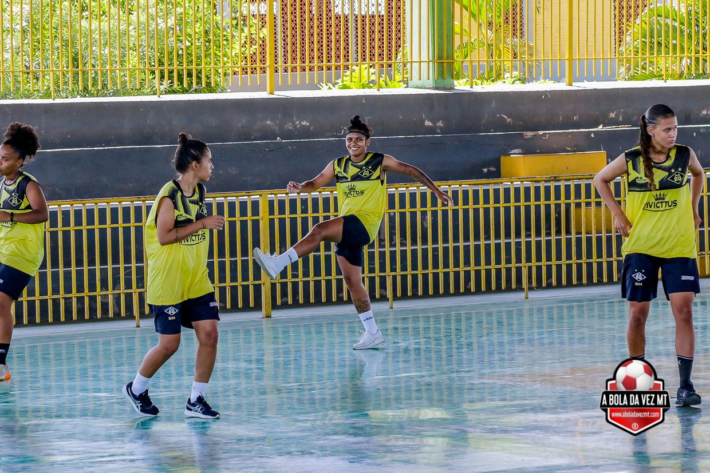 Treinamento para futebol em ginásio de esportes, parte física