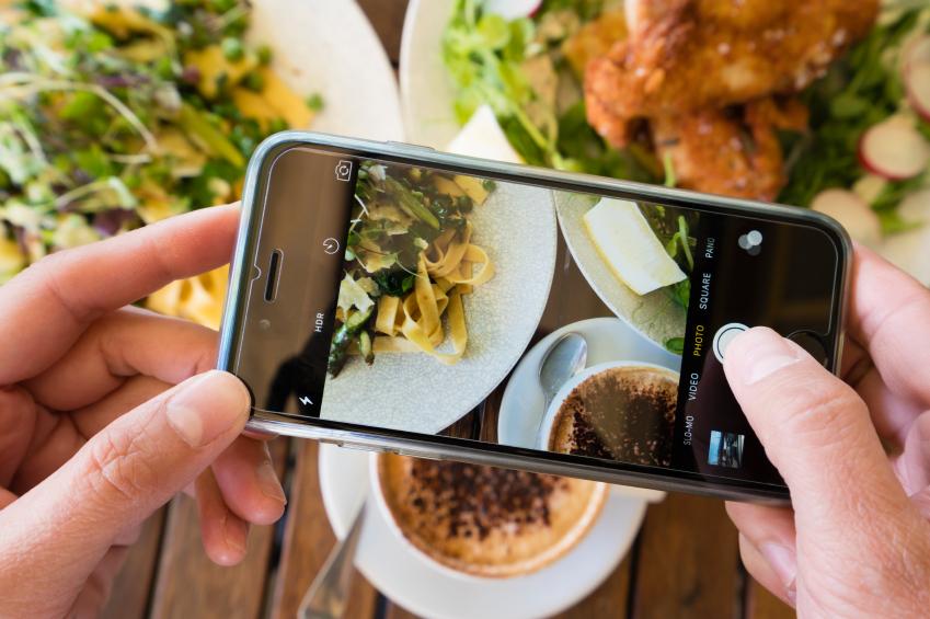 Sebelum makan harus foto-foto dulu (foodnavigator.com)
