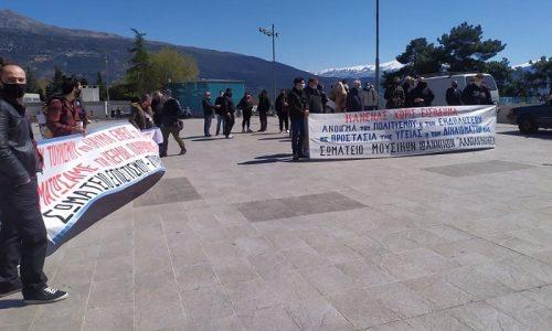 Στην κεντρική πλατεία των Ιωαννίνων συγκεντρώθηκαν εργαζόμενοι στον επισιτισμό και τον τουρισμό καθώς και οι μουσικοί της περιοχής διαμαρτυρόμενοι για την οικονομική κατάσταση στην οποία έχουν περιέλθει.