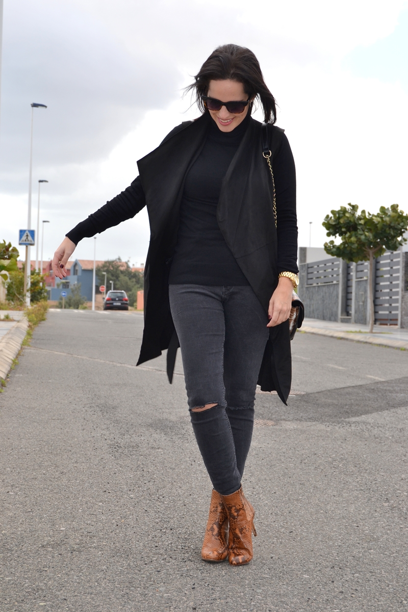 street-style-total-black-outfit-zara-booties