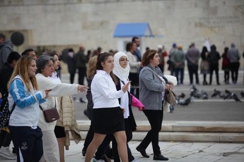 ΑΙΣΧΟΣ ΚΑΙ ΝΤΡΟΠΗ! Έβαλαν Μουσουλμάνα με μαντήλα σημαιοφόρο στην μαθητική παρέλαση του Συντάγματος (ΦΩΤΟ)