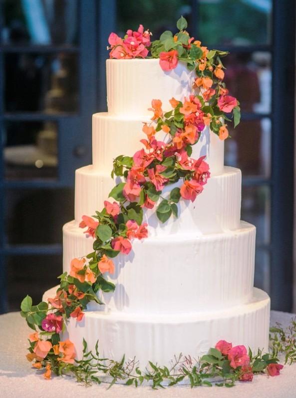 tarta nupcial blanca con flores naturales chicanddeco