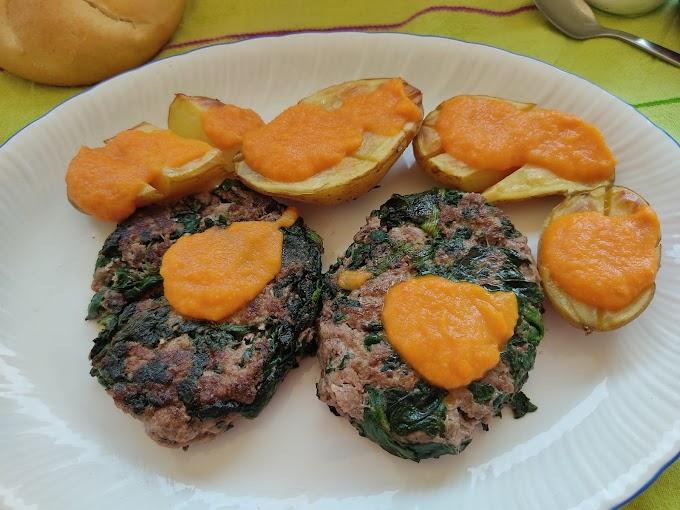 Hamburguesas de ternera y espinacas con patatas asadas y salsa de tomate y zanahoria