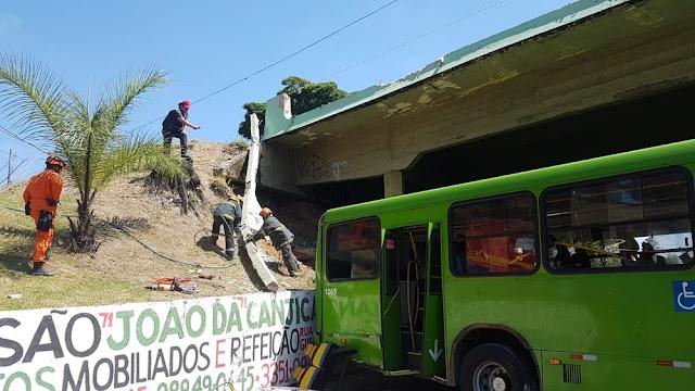 Ônibus cai de viaduto em Contagem, na Grande BH