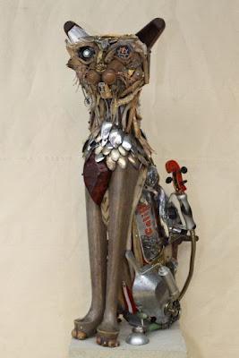 Escultura de gato con pedazos de madera y  metales reciclados