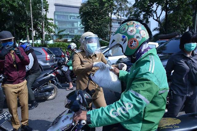 Wakil Walikota Palembang Bagikan Masker dan Sembako Pada Masyarakat