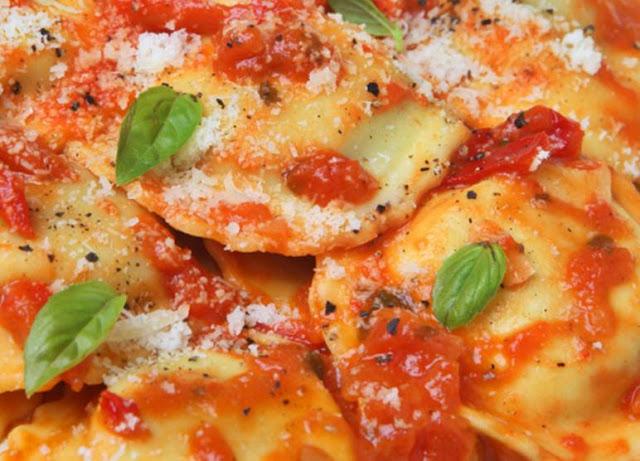Reteta Coltunasi cu carne si sos de rosii Wiki Culinar