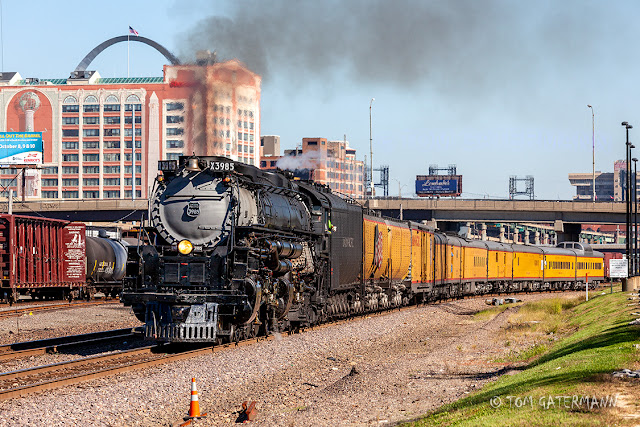 UP 3985 rolls west on the Jefferson City Subdivision at St. Louis