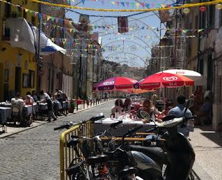 Mesas de restaurantes nas ruas da Afurada