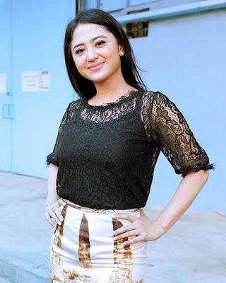 Dewi Perssik manis artis cantik dan tanktop