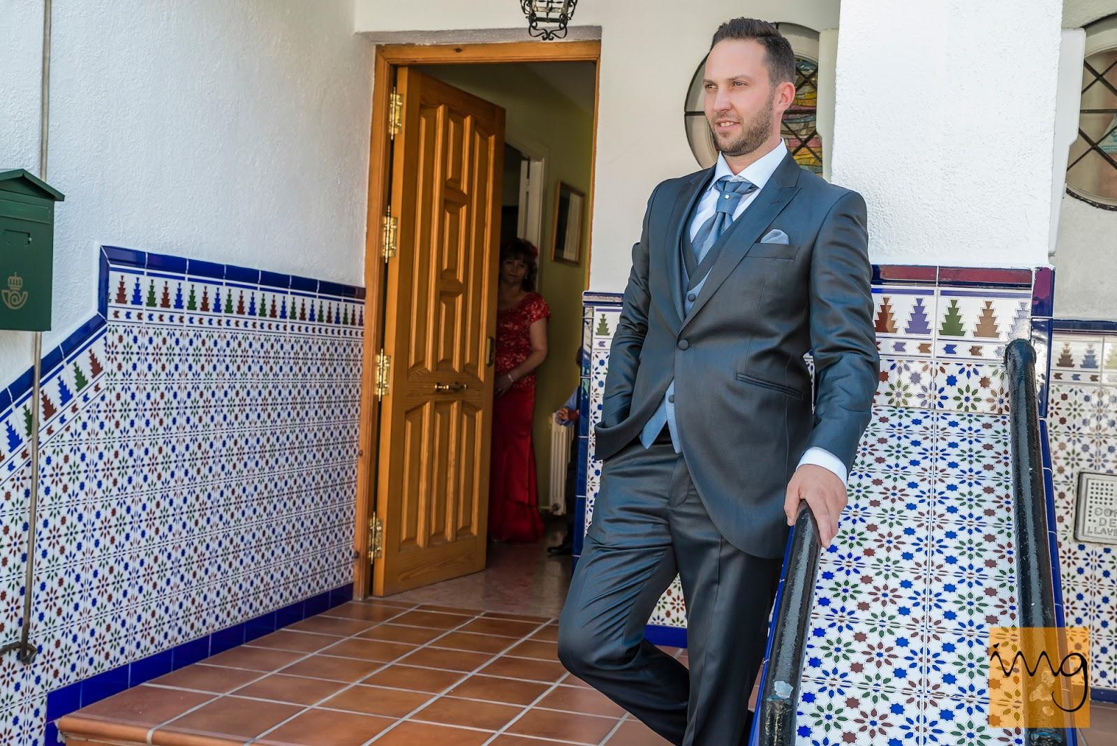 Foto del novio en la puerta de casa
