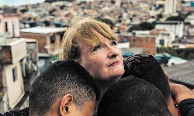 """Atriz britânica se torna evangelista em favelas e prisões do Brasil: """"Estou no lugar certo"""""""