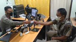 Berikan Layanan Terbaik Kepada Masyarakat, Personel Satpas Polres Enrekang Lakukan Ini ke Pemohon SIM