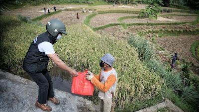 Turun ke Lapangan, Gubernur Jabar Bagikan Bantuan kepada Masyarakat Kabupaten Bogor dan Cianjur
