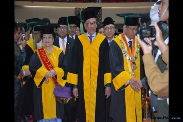 Bertandang ke Ranah Minang, Anwar Ibrahim Diganjar Doktor HC dari UNP