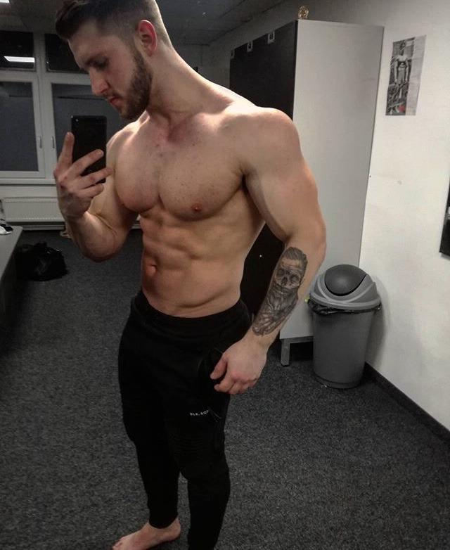 beefy-gym-shirtless-daddy-muscle-body-huge-pecs-male-boobs-selfie