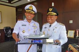 Wabup Terima Miniatur Kapal Perang