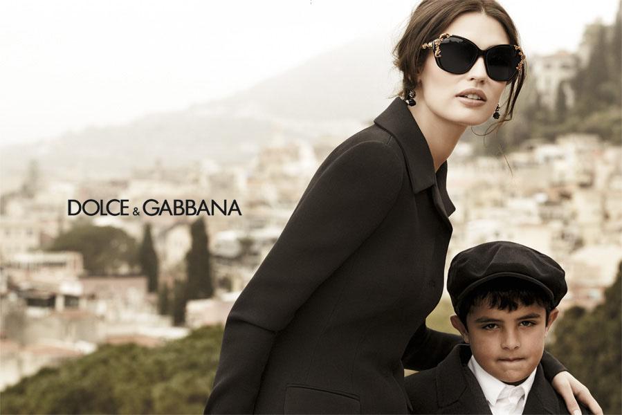 34d333c66e Las modelos de gafas de sol Dolce & Gabbana mezclan el negro y brocados en  oro creando auténticas joyas llenas de delicados detalles.