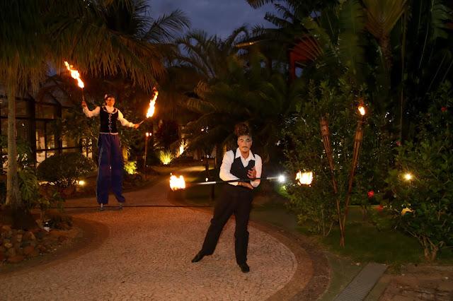 Artistas de Humor e Circo recepcionando convidados com fogo e perna de pau em evento da empresa Truss Santa Catarina.
