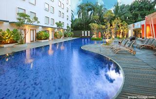 HARRIS-Hotel-Pool-at-HARRIS-Sentul-City-Bogor-2