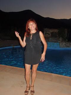 vestido negro con escote enlazado