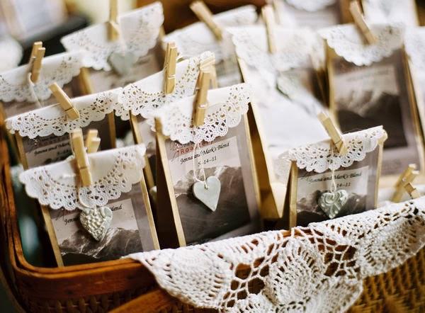Detalles DIY con blondas para boda. Bolsitas hechas a mano o caseras para los invitados
