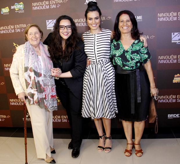 Ana Carolina curte estreia da namorada Letícia Lima na cinema com a mãe e sogra