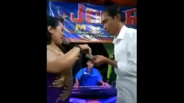 Viral, Video 'Jokowi' Asyik Joget Sambil Nyawer Biduan Dangdut