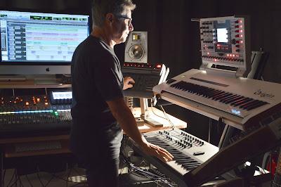Zanov con los sintetizadores Access Virus TI2 y Arturia Origin Keyboard utilizados durante la grabación del álbum Open Worlds (2016).