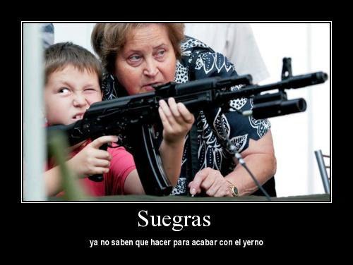 Señora enseña a niño a manejar ametralladora. en texto dice: suegras, ya no saben que hacer para acabar con el yerno.