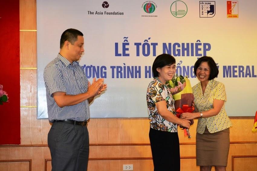 Đại diện Đại học Quốc Gia Hà Nội trao tặng quà lưu niệm với Trung tâm Giáo dục và Phát triển