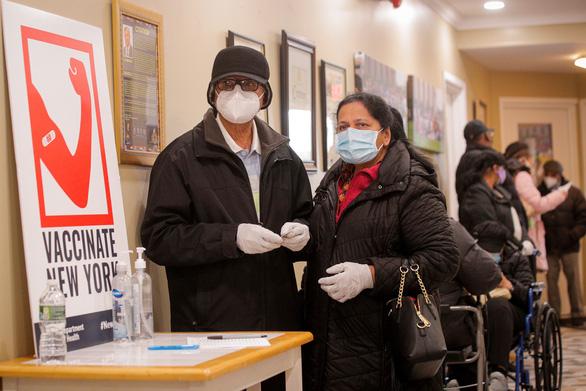 Người dân ở New York, Mỹ xếp hàng chờ tiêm vắc xin ngừa COVID-19 vào ngày 23-2