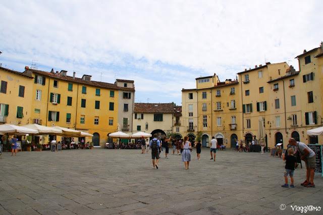 Una parte della splendida Piazza Anfiteatro di Lucca
