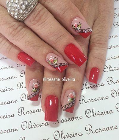 unhas com florzinhas e esmalte vermelho