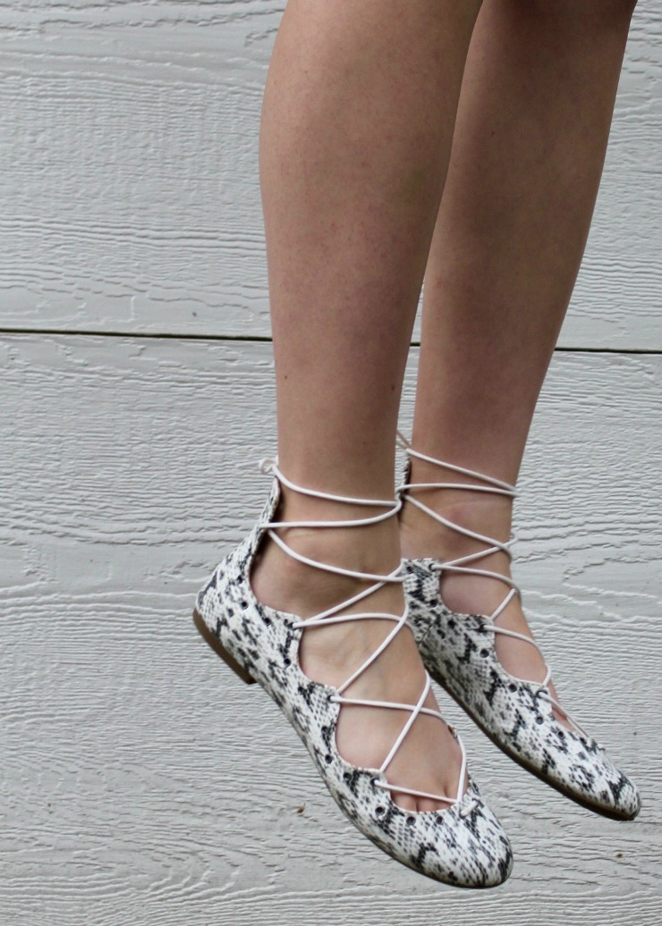 Marinière, white shots and lace up snake skin flats #allwhitelook #fashion