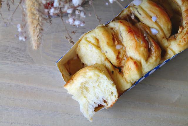 Brioche aromatizado relleno de crema y manzana