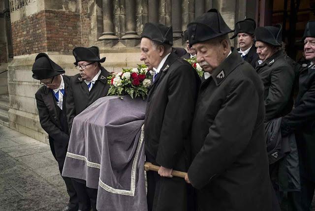 Há 800 anos a 'Confrerie Les Charitables' enterram os mortos. Mas nunca nem eles nem suas casas sofreram contágios, pela promessa de Santo Eloi