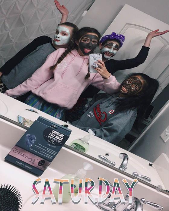 foto tumblr de amigas en espejo con mascarillas