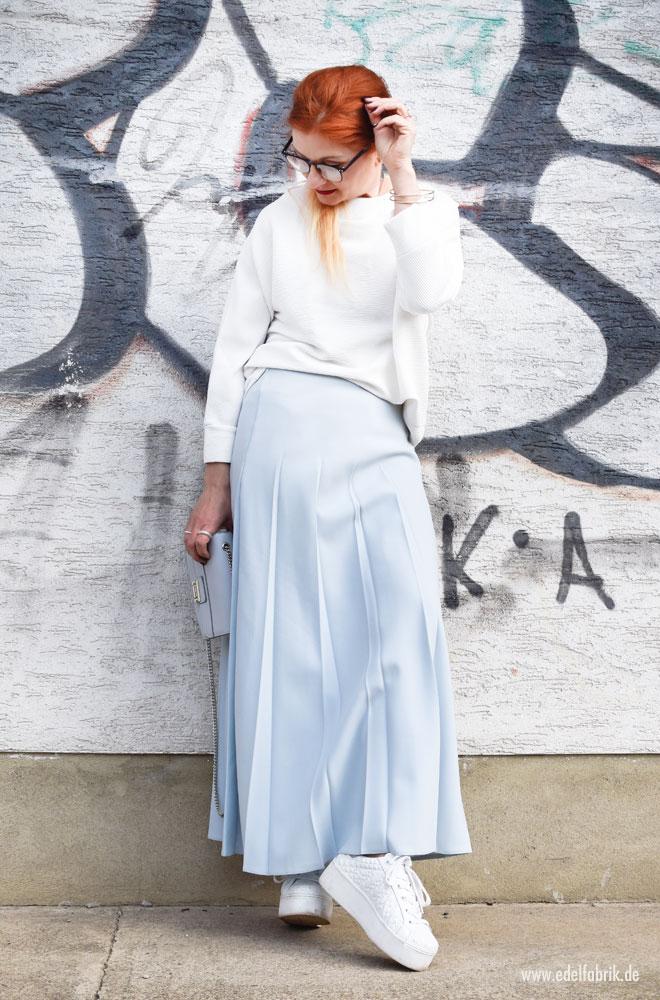 Sportlicher Look für Frauen mit Rock und weißen Turnschuhen