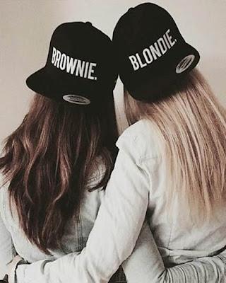 fotos de hermanas de espaldas en casa