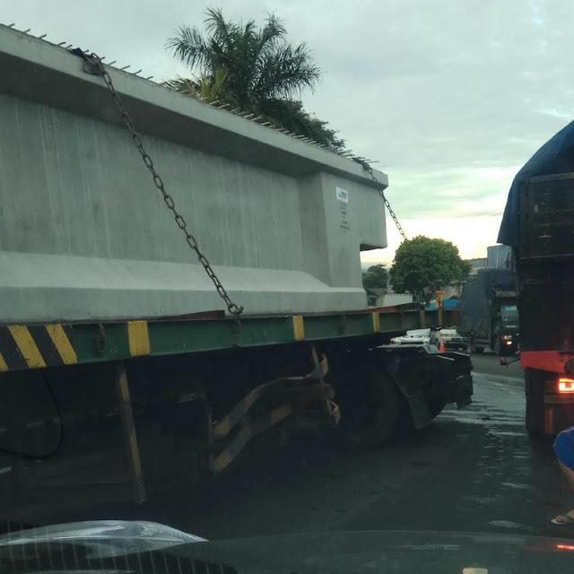Sebuah truk bermuatan beton terguling melintang di lajur jalan raya Ciawi - Sukabumi