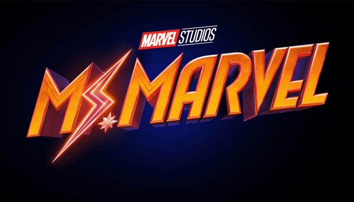 """Logo no fundo tem é azul escuro e em cima está escrito Marvel Studios, o """"Marvel"""" em quadrado vermelho e o """"Studios"""" em letra branca e no centro tá escrito Ms. Marvel em letras laranjas e em vez do s é um raio."""
