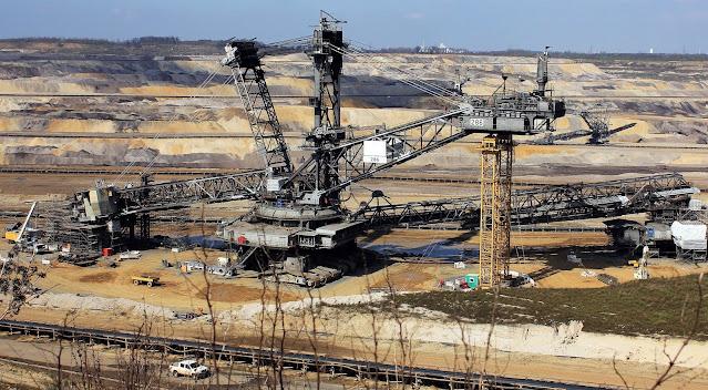 Dampak Pemakaian Energi Terhadap Lingkungan Pemakaian sumber energi yang digunakan untuk memenuhi kebutuhan manusia akan menimbulkan dampak terhadap lingkungan. Berikut ini adalah dampak yang ditimbulkan akibat pemakaian energi, yang diantaranya adalah sebagai berikut :  Dampak Terhadap Udara dan Iklim Pembakaran yang dilakukan pada sumber energi fosil akan mengakibatkan terlepasnya gas-gas, antara lain karbon dioksida (CO2), nitrogen oksida (NOx), dan sulfur dioksida (SO2) yang menyebabkan pencemaran udara (hujan asam, smog, dan pemanasan global). Emisi CO2 Emisi CO2 merupakan proses pelepasan gas karbon dioksida ke udara yang akan menyebabkan kadar gas rumah kaca di atmosfer meningkat. Peningkatan kadar ini membuat peningkatan efek rumah kaca dan pemanasan global. Emisi NOx Emisi NOx merupakan proses pelepasan gas NOx ke udara. NOx yang terlepas di udara, sebagian akan berubah menjadi asam nitrat (NHO3) yang dapat menyebabkan terjadnya hujam asam. Emisi SO2 Emisi SO2 merupakan proses pelepasan gas SO2 ke udara. Emisi SO2 berasal dari pembakaran bahan bakar fosil dan peleburan logam. Gas SO2 uamh teremisi ke udara dapat memnemtuk asam sulfat (H2SO4) yang menyebabkan terjadinya hujan asam. Emisi CH4 Emisi CH4 merupakan proses pelepasan gas CH4 ke udara. Emisi CH4 berasal dari gas bumi yang tidak dibakar, karena unsur utama dari gas bumi adalah gas metana. Metana merupakan salah satu gas rumah kaca yang menyebabkan pemanasan global. Hujan Asam Emisi gas NOx dan SO2 ke udara dapat bereaksi dengan uap air di awan yang akan membentuk asam nitrat dan asam sulfat. Penyebaran dan perubahan zat-zat pencemar disebut Transmisi. Hujan asam menyebabkan tanah dan perairan (danau dan sungai) menjadi asam. Pemanasan Global Pemanasan global terjadi karena meningkatnya kadar gas rumah kaca di udara. Gas-gas tersebut menyerap sinar matahari yang dipantulkan oleh bumi sehingga suhu atmosfer menjadi naik. Hal tersebut dapat mengakibatkan perubahan iklim dan kenaikan permukaan air laut.
