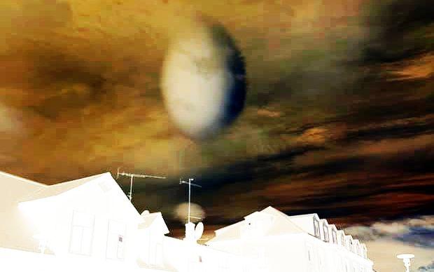 UFO hình quả trứng lơ lửng trên thị trấn ở Iceland, rất có thể là một vụ bắt cóc con người nữa