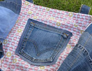 Entièrement en matériau recyclé, ce sac porté épaules est monté façon patchwork avec des jeans de récup de différentes couleurs, anses en jeans, intérieur en coton imprimé de pastèques et kiwis super tendance et très frais, 1 poche de jeans intérieure pour y glisser son téléphone, 1,5 poches extérieurs utilisables. Dimension 43x35x23 cm.